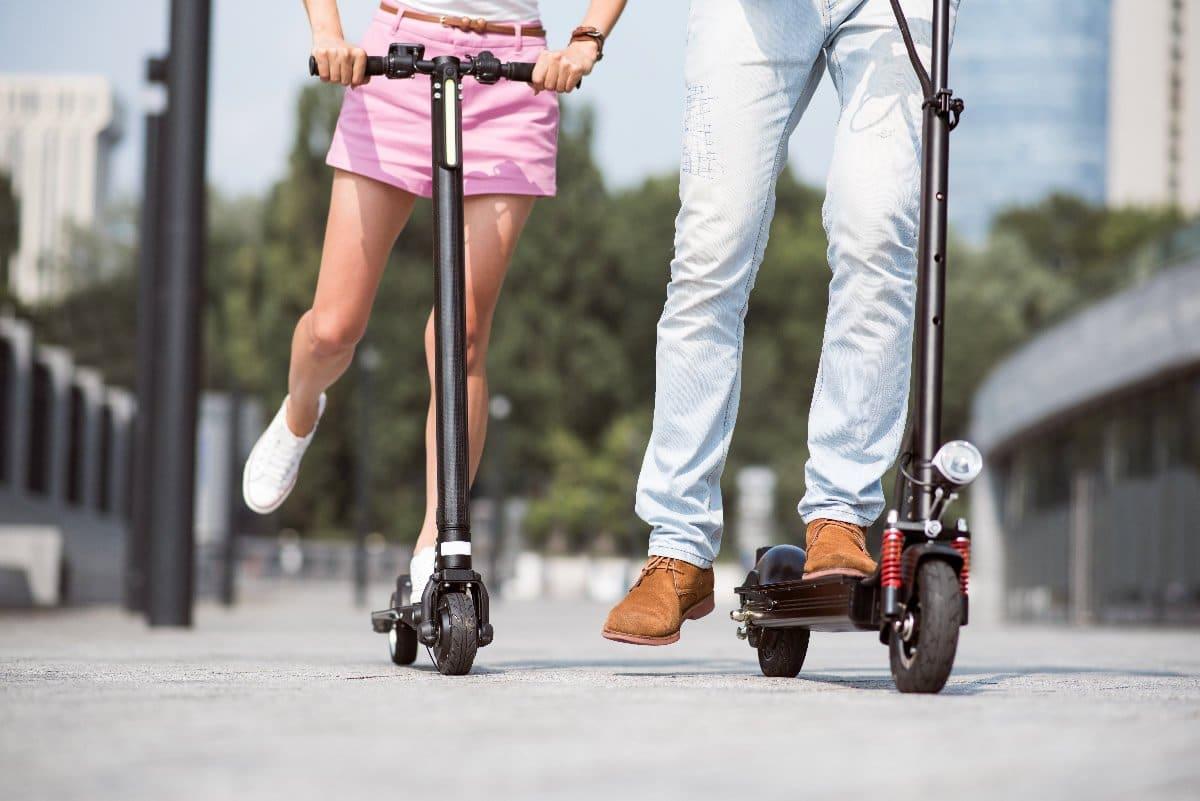 usuarios subidos a patinetes eléctricos