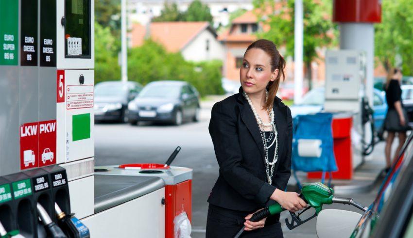 Mujer repostando en una gasolinera