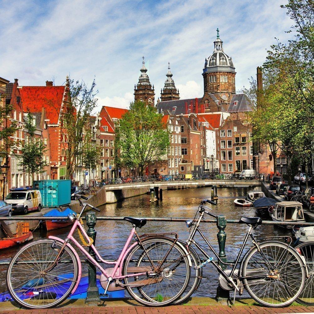 Detalle de bicicletas aparcadas al aldo de un canal en Amsterdan