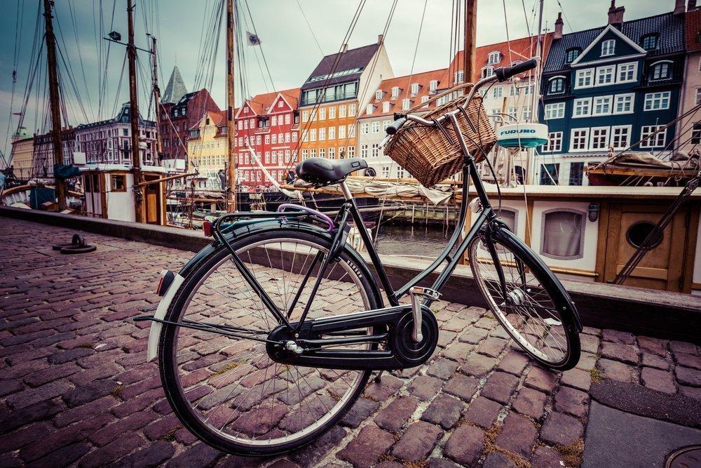 Detalle de bicicleta aparcada en el centro histórico de Copenhague