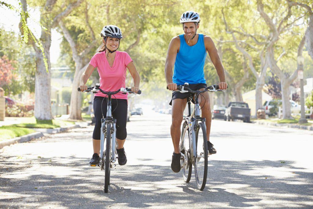 Dos ciclistas circulando por la ciudad en bicicletas eléctricas