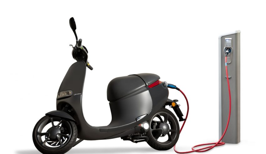 Motocicleta eléctrica en Madrid, cargando batería