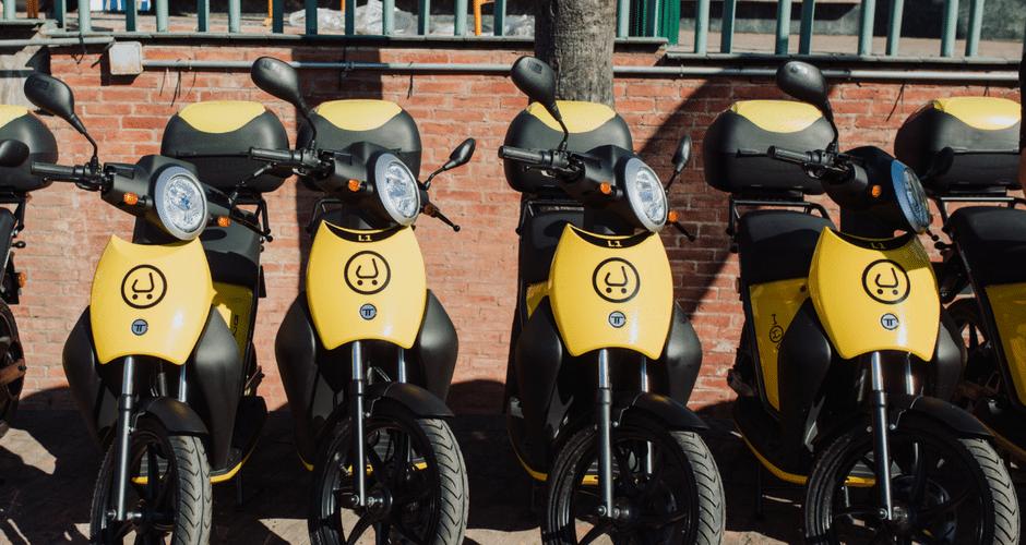 Varias motos electricas compartidas en Madrid, el modelo Muving